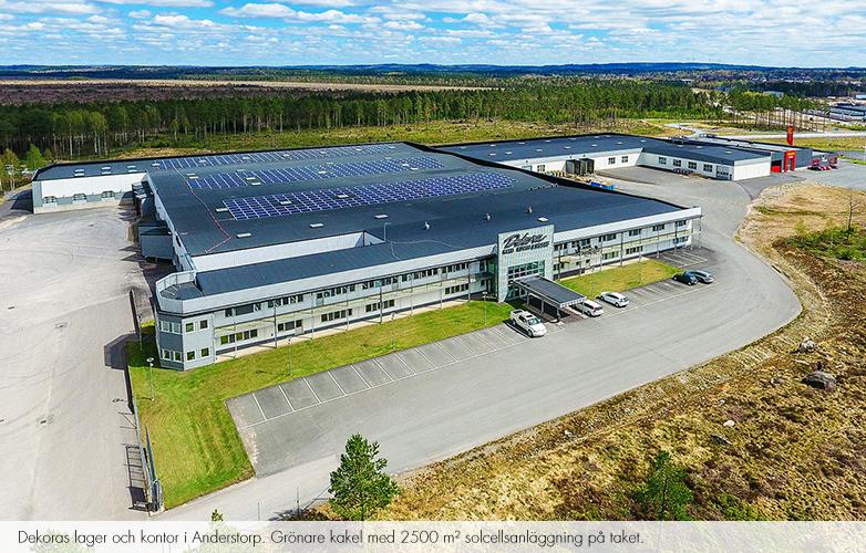 Dekoras lager och kontor i Anderstorp. Grönare kakel med 2500 m2 solcellsanläggning på taket.