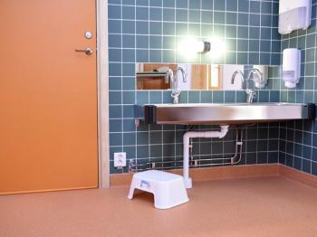 Bild för referens Golv, toaletter & bulletin board på lärlingens förskola i Enköping